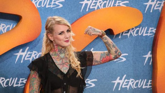 Tattoo-Model Lexy Hell beeindruckt auch ohne große Muskeln.