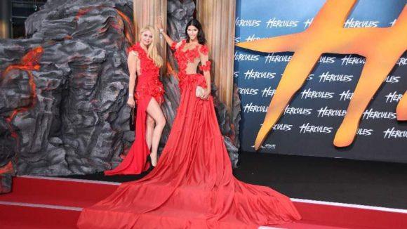 Micaela Schäfer kommt es scheinbar auf die Größe an. Ihr Kleid von mychili war das längste des Abends. Mit ihr auf dem roten Teppich: Freundin Yvonne Woelke.