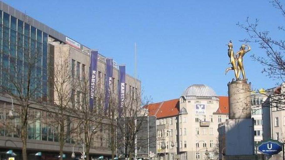 Gut besuchte Fläche: Der neu gebaute Karstadt auf der Kreuzberg-Seite des Hermannplatzes. Südlich dessen gehört die Fläche zu Neukölln. Ab 1929 galt Karstadt am Hermannplatz als modernstes Warenhaus Europas. Der im Krieg zerstörte Altbau maß mit Türmen und Lichtmasten 71 Meter.