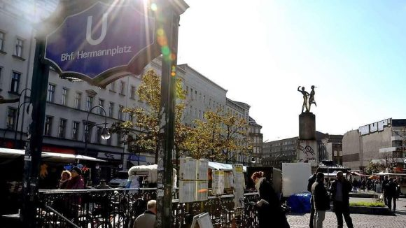"""Früher drehte sich das """"Rixdorfer Tanzpärchen"""" am Hermannplatz stündlich zweimal um die eigene Achse."""