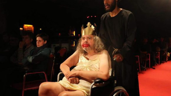 Ebenfalls anwesend: Hermes Phettberg, wie er heute leibt und lebt. Nach drei Schlaganfällen, einem Herzinfarkt, extremer Blasenschwäche hat der 63-jährige Schauspieler und Schriftsteller noch immer einen unbändigen Willen, 100 Jahre alt zu werden.