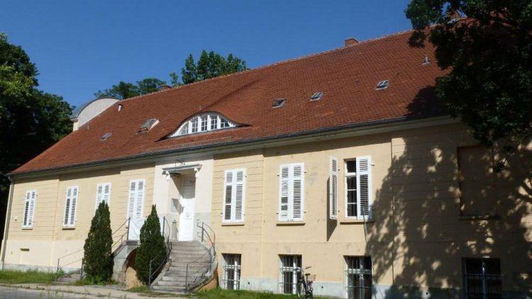 Gehört zum Gutspark Neukladow: das hübsche Herrenhaus. Erbaut wurde es um 1800 von David Gilly. Die Mutter von Otto von Bismarck verbrachte hier einen Teil ihrer Kindheit.