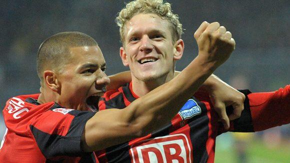 Marcel Ndjeng und Johannes van den Bergh bejubeln Hertha-Sieg in Braunschweig.