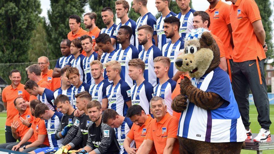 Noch nicht ganz bereit: Hertha BSC beim Shooting für das neue Mannschaftsbild. Einige Spieler sind noch im Urlaub, neue noch nicht da.