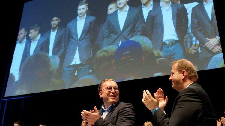 Beifall für die Saisonleistung: Der stellvertretende Präsident von Hertha BSC, Thorsten Manske (l.) und der Geschäftsführer Finanzen, Ingo Schiller, applaudieren während der Mitgliederversammlung den Spielern der Profimannschaft.