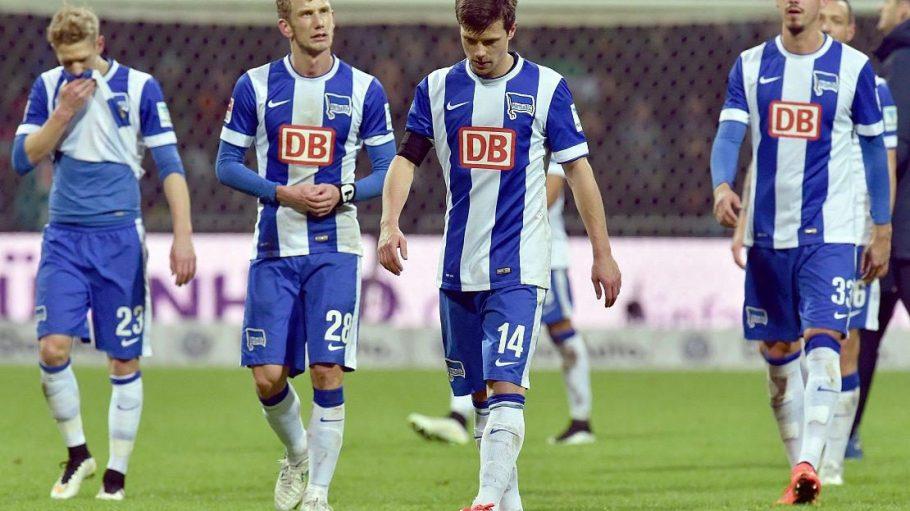 Bedient: Johannes van den Bergh, Fabian Lustenberger, Valentin Stocker und Sandro Wagner (v.l.n.r.) nach der Niederlage in Bremen.