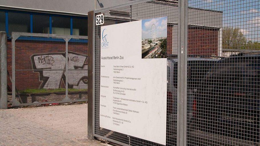 Ein Schild kündigt das geplatzte Riesenrad-Projekt an.