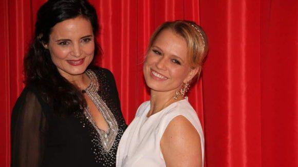 Schauspielerin Elisabeth Lanz (links) wuchs in einem SOS-Kinderdorf auf, das ihr Vater geleitet hat. Sie strahlt mit Nova Meierhenrich um die Wette.