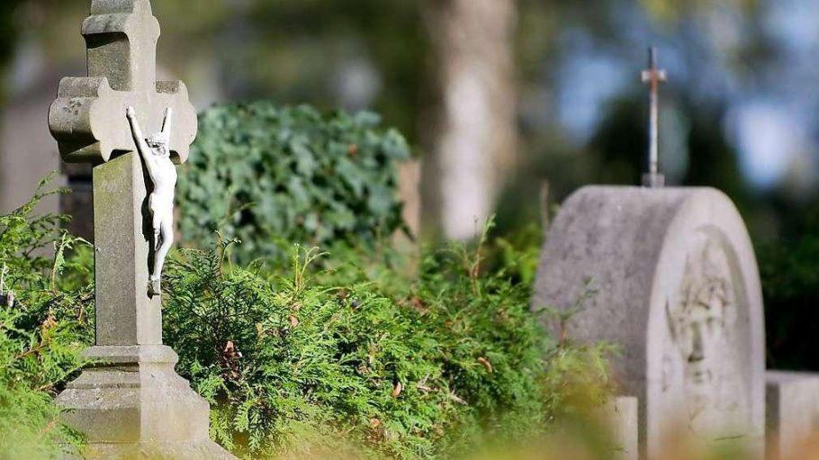 Muss ein Grabstein wie dieser auf dem Friedhof bald schon einem Wohnhaus weichen?