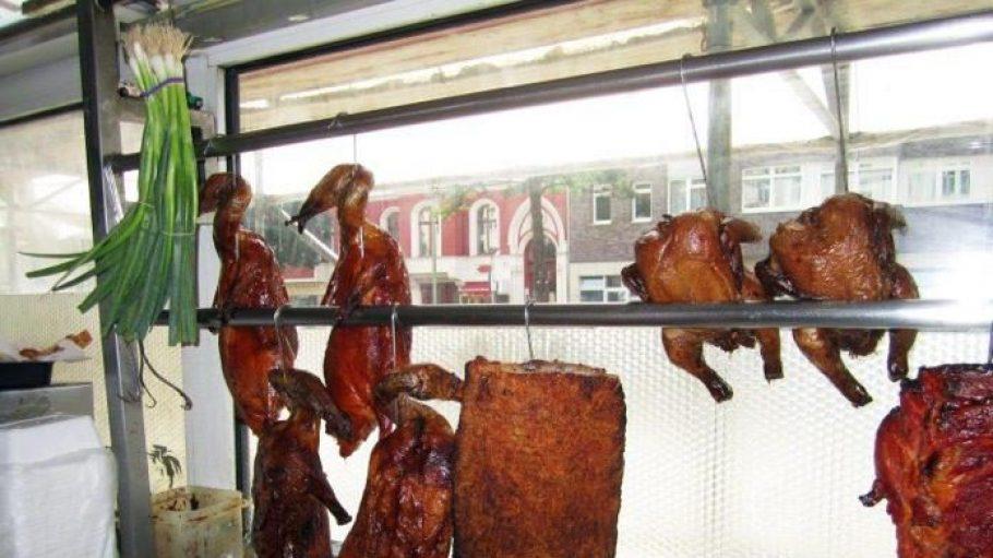 Hühnchen und Ente hängen dekorativ im Küchenfenster.