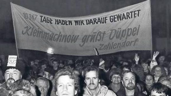 Hier trifft sich, was zusammengehört: Die Eröffnung des Grenzübergangs Zehlendorf-Kleinmachnow am 11. Dezember 1989.