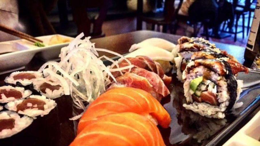 """Wenn der Hund schon so verwöhnt wird, kann sich auch das Frauchen etwas Leckeres gönnen: Sushi bei """"Hikari""""."""