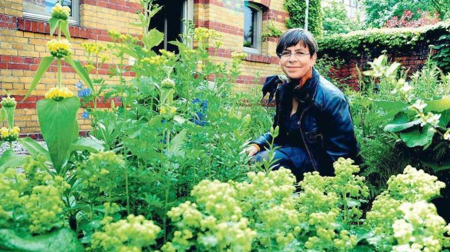 Künstlerin und Gärtnerin: Martina Breyer in ihrer grünen Oase.