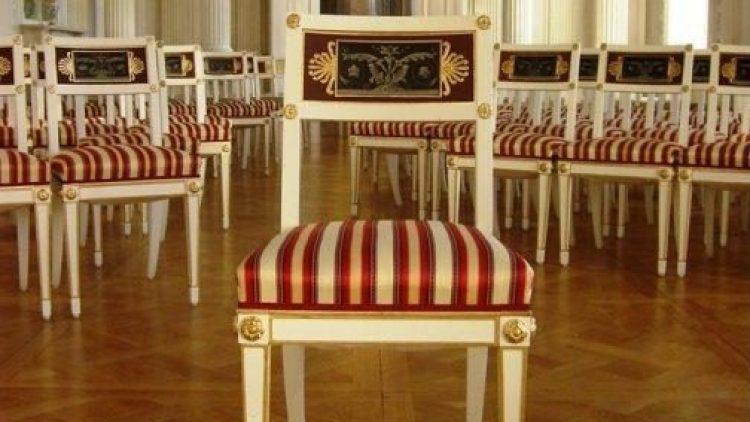 Sanierter Stuhl in königlichem Ambiente.