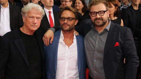 Kretschmann, hier an der der Seite seines KollegenJürgen Prochnow (links) und RegisseurAleksander Bach (rechts), spielt in Hitman den BösewichtLe Clerq.