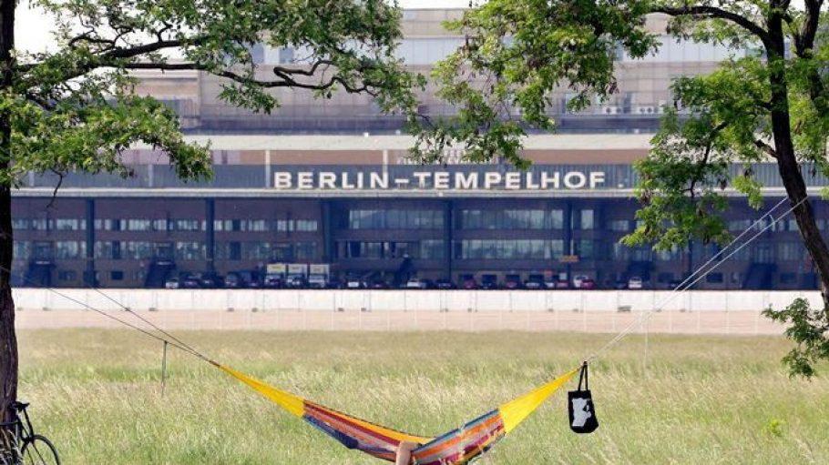 Ganz entspannt: Unter den Bäumen auf dem Tempelhofer Feld findet an diesem Wochenende ein großes Picknick statt.