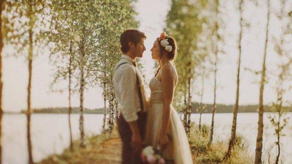 Hach, wie romantisch. Wer solch emotionale Bilder von seiner Hochzeit möchte, braucht den richtigen Fotografen an seiner Seite.