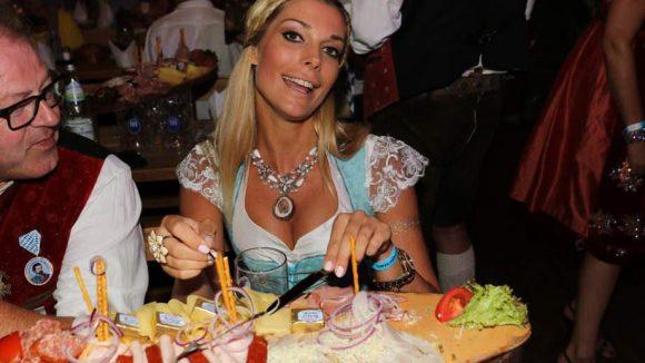 Model Annika Gassner machte sich über die üppigen Platten her.