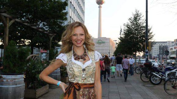 Was wäre ein Oktoberfest ohne Prominenz? Auch die Berliner Ausgabe hatte einige bekannte Gesichter zu bieten, etwa Schauspielerin Birte Glang ...