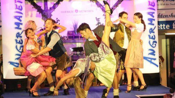 Beim gemischt-geschlechtlichen Tanz auf dem Catwalk ging es zünftig zur Sache.