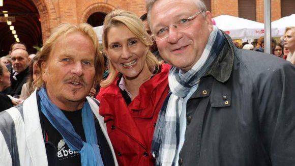 Zwei Franks mit Schal: Sänger Zander (l.) und Innensenator Henkel nehmen Kathrin Bernika, Partnerin des Politikers, in die Mitte.