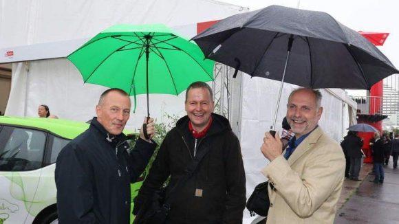 Klaus Lederer (Linke) war gut beschirmt von der Schornsteinfeger-Innung: Landesinnungsmeister Heiko Kirmis (l.) und sein Stellvertreter Peter Lehmann.