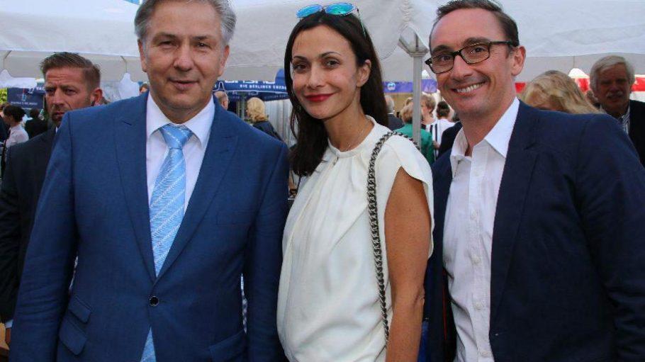 Der Regierende Bürgermeister Klaus Wowereit (l.) mit zwei von seinen Gästen: Anita Tillmann und Jörg Arntz von der Modemesse Premium.