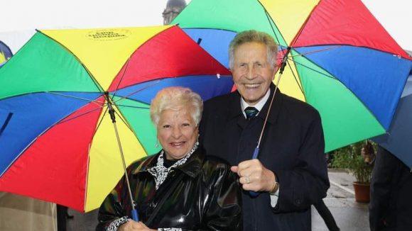 Mit Partnerschirmen gegen den Regen: Rebi und Otfried Lauer vom Berliner Theaterclub.