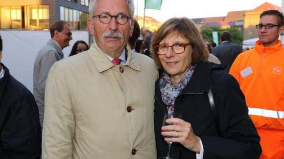 Nur eine schafft ein Lächeln: Der Ex-Finanzsenator und jetzige Buchautor Thilo Sarrazin mit seiner Frau Ursula.