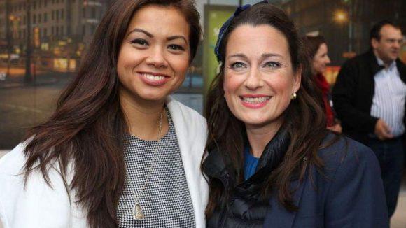 """Tina K (l.), die Schwester des am Alexanderplatz getöteten Jonny, mit Stefanie Wall von der Wall AG, die Ks Stiftung """"I Am Jonny"""" unterstützt."""