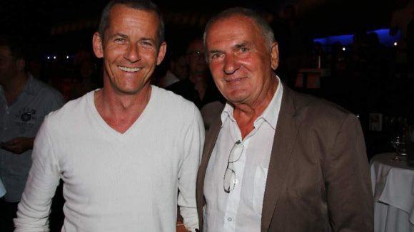 Gastgeber und Chef der Bar jeder Vernunft Holger Klotzbach (r.) mit rbb-Moderator Harald Pignatelli.