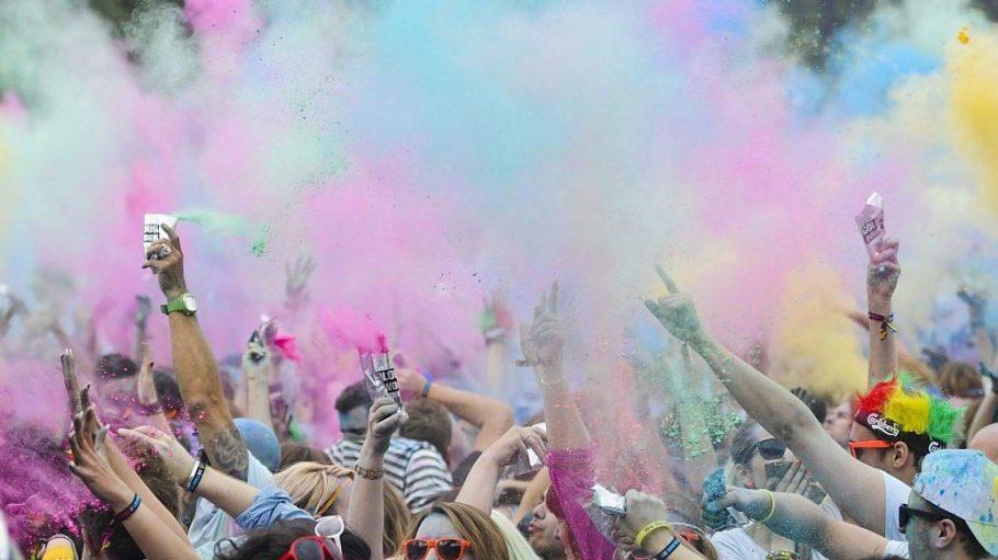 Bei Holi Festivals bewerfen sich viele Menschen mit Farbe aus Maisstärke.