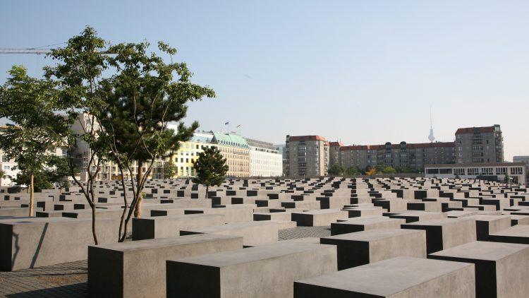 """Das Stelenfeld und die Dauerausstellung im """"Ort der Information"""" tragen Erinnerung und Gedenken an die bis zu sechs Millionen jüdischen Opfer des Holocaust zusammen."""