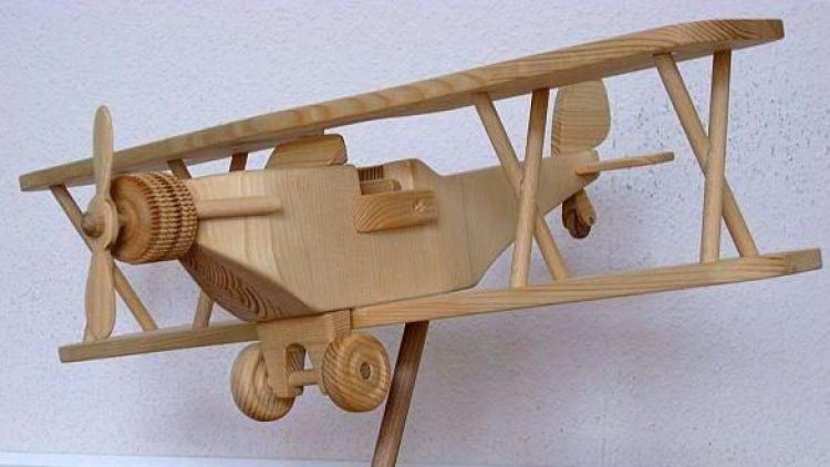 Made in Spandau: Spielzeugflieger vom Holz-Kobold.