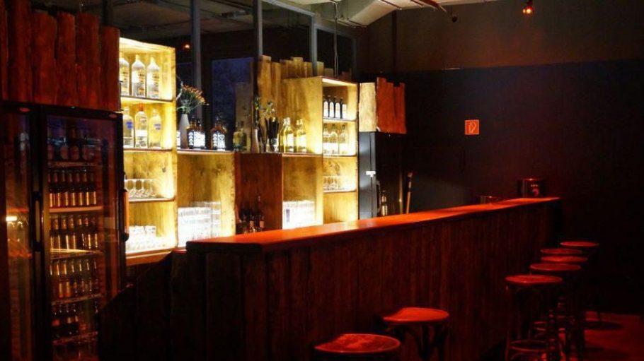 """Hölzerne Gemütlichkeit: Die Inneneinrichtung der Baumhaus Bar soll an einen US-amerikanischen Nationalpark erinnern. Ihre """"Ranger"""" haben es faustdick hinter den Ohren."""