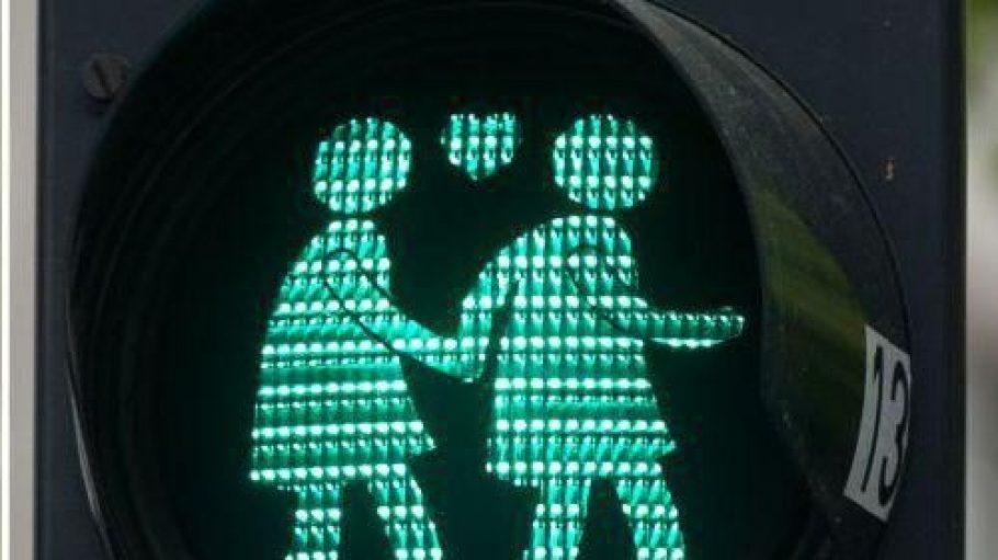 Frau-Frau, Mann-Mann und ein Herz voll Liebe. Was wäre so schlimm daran, solche Bilder bald häufiger in Lichtenberg zu sehen?