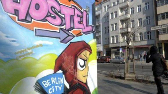 Ein Graffito weist auf ein nahe gelegenes Hostel in Kreuzberg hin.