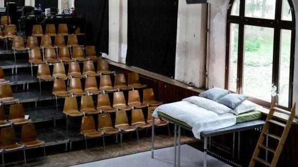 Bühnenreif schnarchen kannst du in diesem Bett mitten im Theatersaal des Ballhaus Ost.