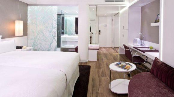 Zur Ausstattung gehören in dieser Zimmerkategorie neben einer individuell regelbaren Klimaanlage, kostenfreiem W-LAN, einer kostenfreien Minibar und einem Full-HD-TV mit Web-Surf-Funktion auch eine Kaffeemaschine und ein Bademantel.
