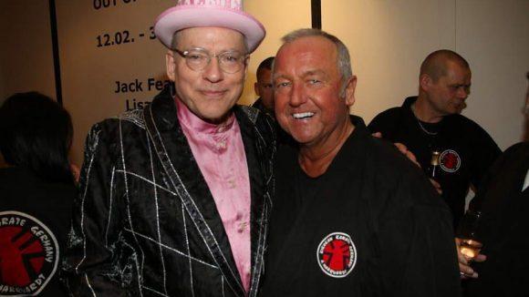 """In der Galerie Schuster fand die Party zur Weltpremiere des neuen Rosa von Praunheim-Films """"Härte"""" auf der Berlinale statt. Hier der Regisseur (l.) mit Karate-Weltmeister Andreas Marquardt."""
