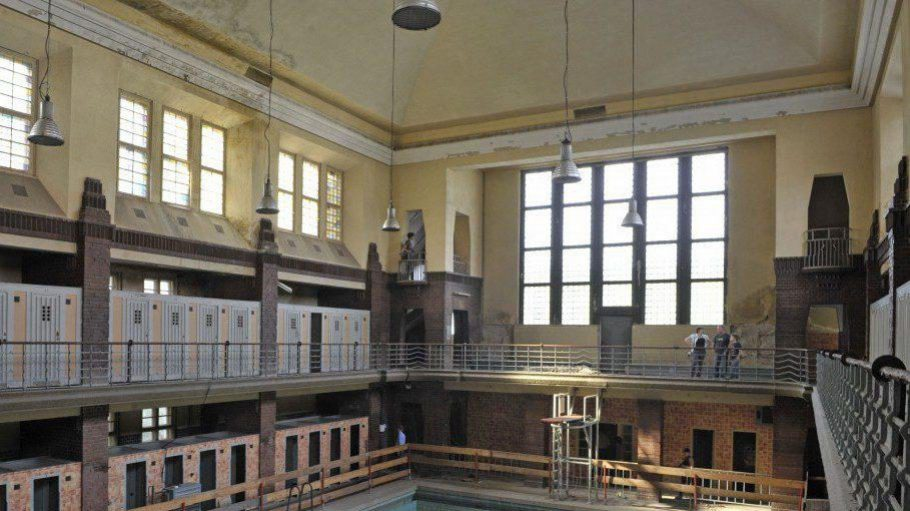 Das Hubertusbad, 1928 eingeweiht, ist im kubistisch-expressionistischen Stil gebaut.