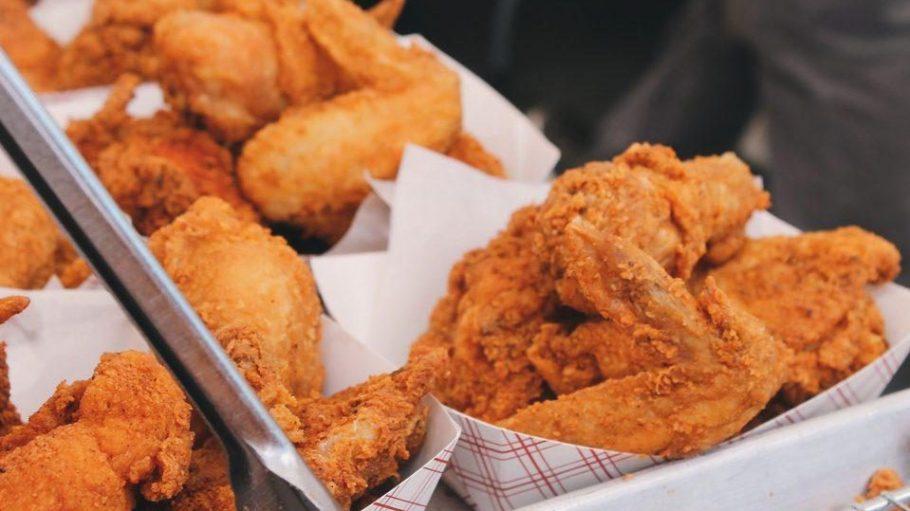 Frittiertes Huhn ist nur eine schmutzige, frische Köstlichkeit, die die Koreaner gern kredenzen.