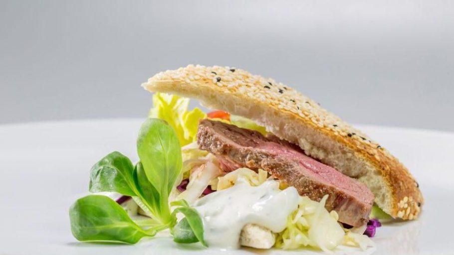 """Serviert wird Berliner Küche - transportiert ins 21. Jahrhundert. Hier der """"Hauptstadt-Döner"""" mit Lammhüfte im Fladenbrot."""