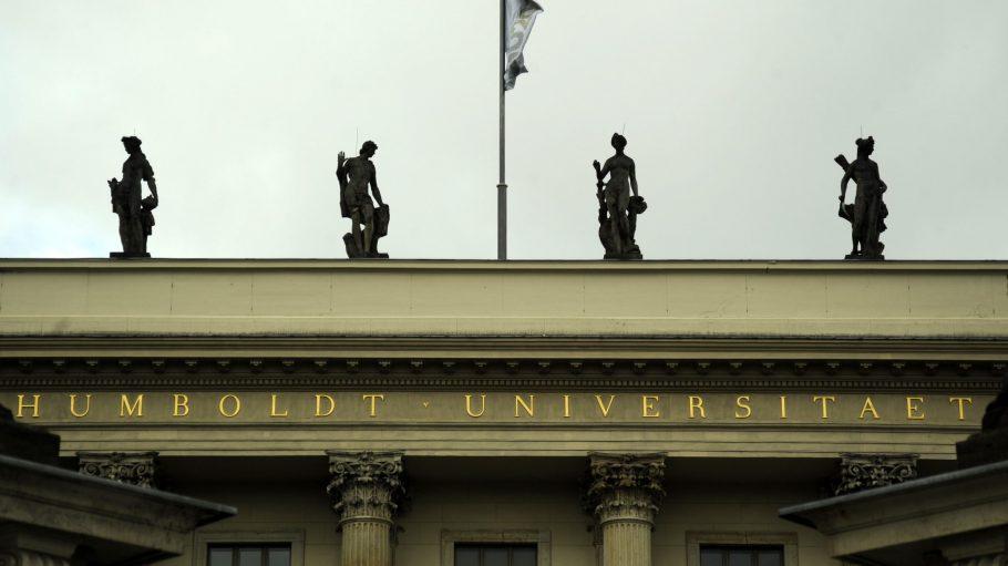 Der Eingang der Humboldt-Universität am Standort Unter den Linden ist repräsentativ wie eh und je. Es scheint, selbst die Dachfiguren verharren in Erwartung auf das Urteil der Gutachter