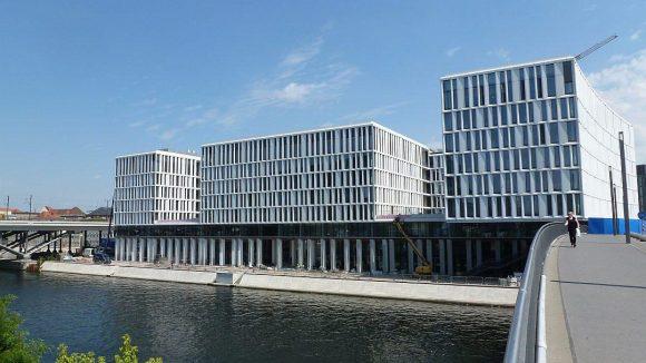 HumboldtHafenEins liegt direkt an der Spree, mit Blick auf Hauptbahnhof und Regierungsviertel. An den Arkaden und der Promenade wird noch gearbeitet.