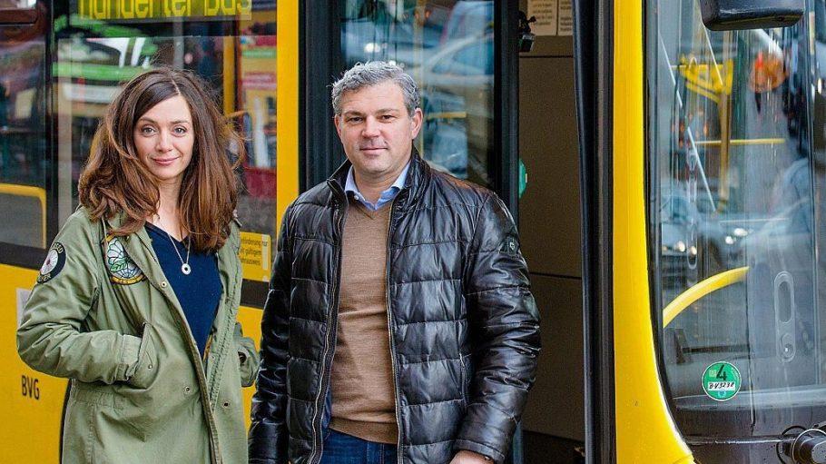 Gäste im Bus sind in der aktuellen Folge Schauspielerin Julia Richter und Rechtsmediziner Michael Tsokos.