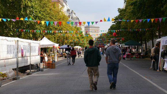 Die festlich geschmückte Richard-Sorge-Straße steht nun unter Milieuschutz.