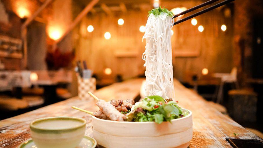 Im Anjoy schweben Reisbandnudeln über der Bambusschüssel. Der Food-Trend aus Asien hat nun auch Berlin erreicht.