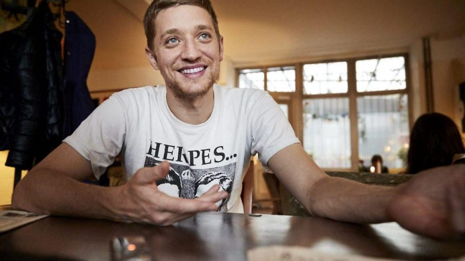 Markus Winter aka Maeckes von den Orsons erzählt uns bei einem Kaffee, dass ihn die von ihm produzierten Videos dreieinhalb Jahre Lebenszeit gekostet haben.