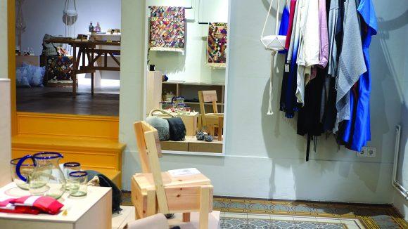 Im Folkdays & Friends in Kreuzberg findest du Fair Fashion, Karaffen aus recyceltem Glas sowie nachaltige Wohnaccessoires.